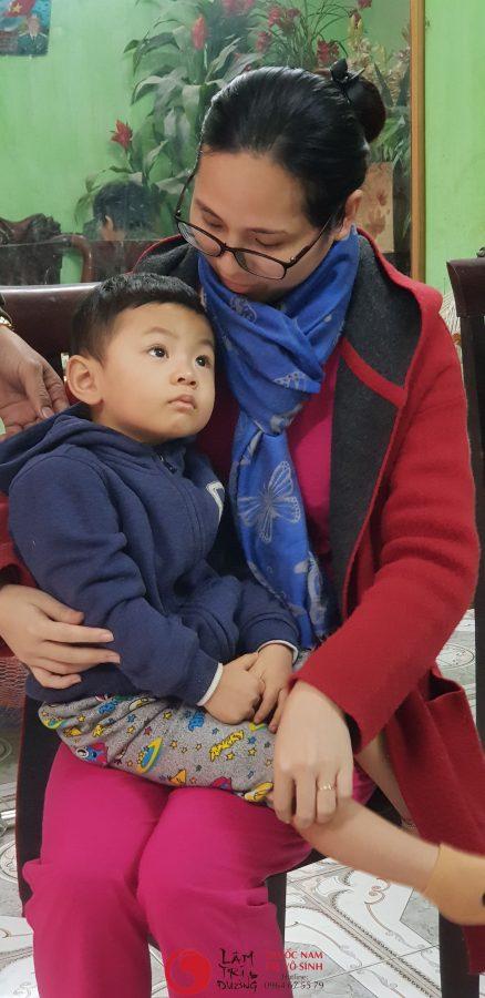 Vô sinh nguyên phát, ảnh chụp của mẹ con bệnh nhân điều trị vô sinh hiếm muộn thành công tại Lâm Trí Đường
