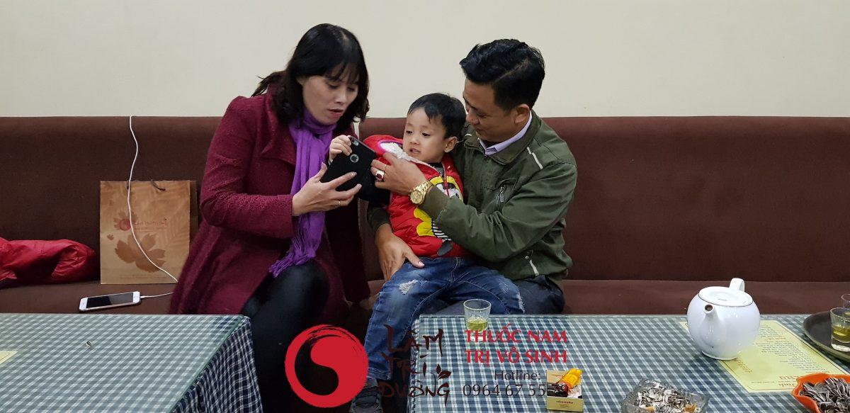 Bệnh vô sinh có biểu hiện gì, ảnh chụp cùng mẹ con bệnh nhân điều trị vô sinh hiếm muộn