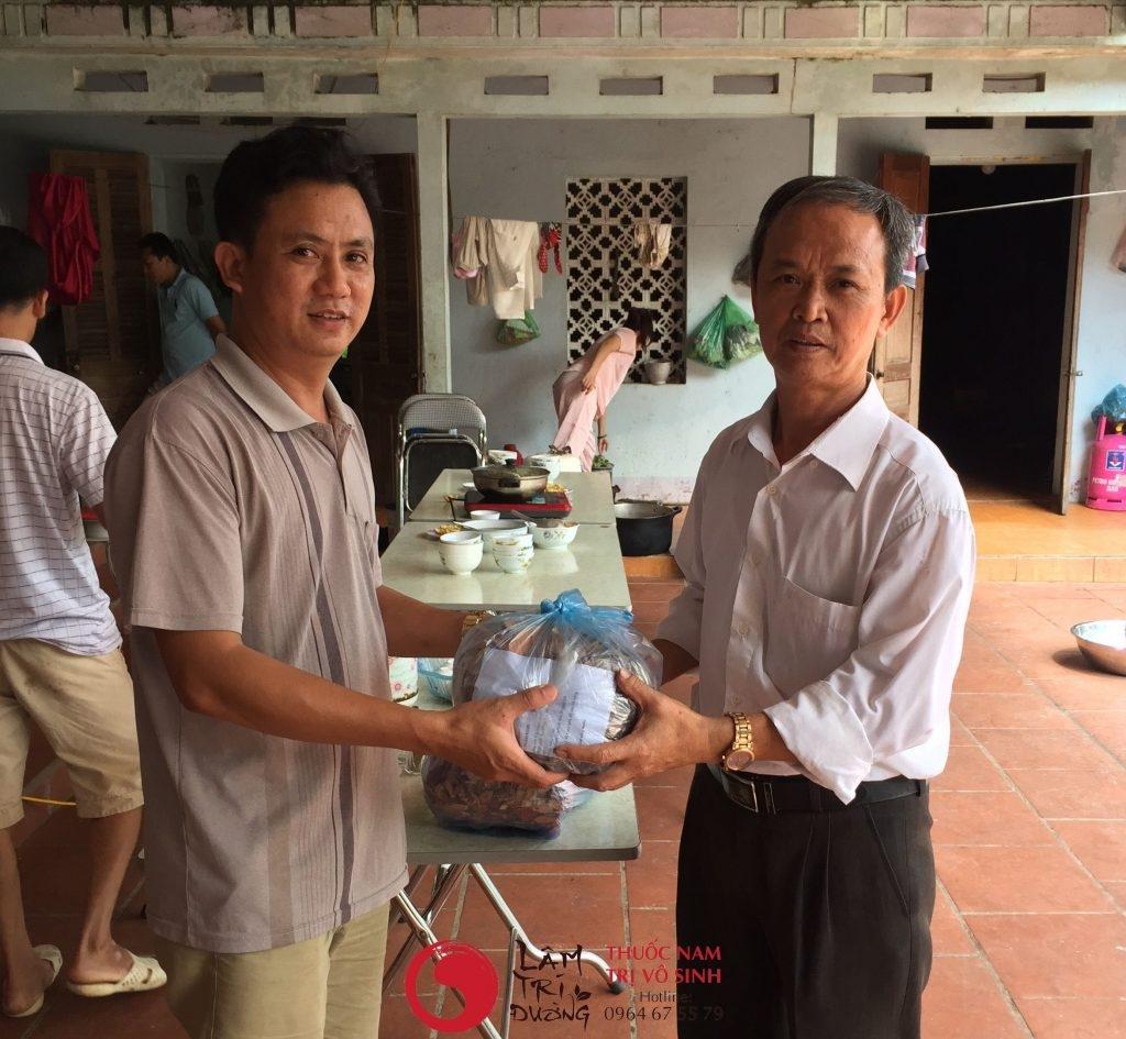 Bệnh nhân lấy thuốc điều trị vô sinh hiếm muộn tại Lâm Trí Đường