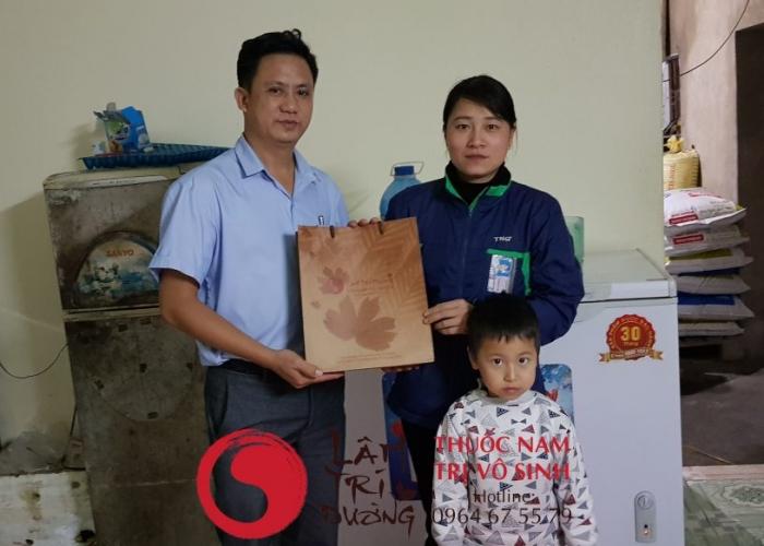 Thăm khám vô sinh hiếm muộn và điều trị, ảnh chụp cùng mẹ con bệnh nhân trị vô sinh hiếm muộn thành công