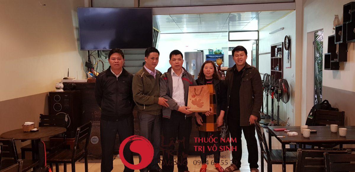 Ảnh chụp cùng bệnh nhân vô sinh hiếm muộn trên 10 năm điều trị thành công tại Lâm Trí Đường