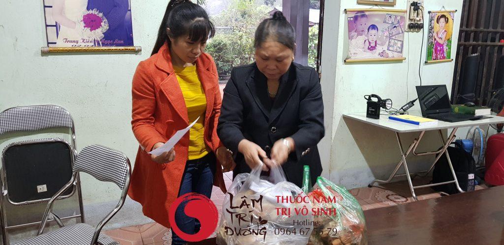 Ảnh bốc thuốc điều trị cho bệnh nhân vô sinh tại Lâm Trí Đường